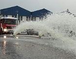 Wasser spritzt aus Feuerwehrschläuchen bei Hochwasser Einsatz