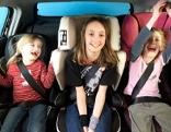 drei Kinder in Autokindersitzen