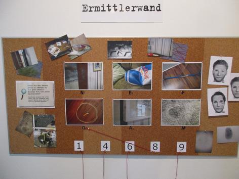 blue Cube Ermittlerwand Ausstellung Tatort