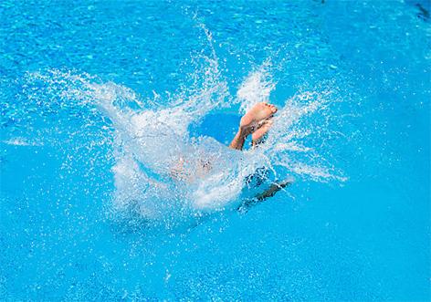 Schwimmbad Sprung ins Wasser