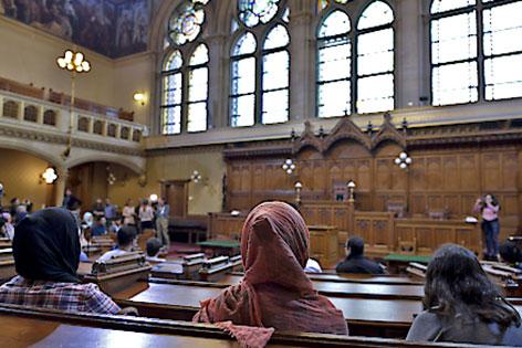 Flüchtlinge im Sitzungssaal des Wiener Gemeinderats