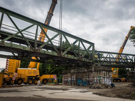 Zerlegung der Eisenbahnbrücke