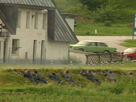 Slowenische Soldaten im Graben liegend 1991