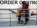 Eine Frau mit ihrem Kind gehen von Bord eines norwegischen Frontex-Schiffes im Hafen von Mytilene auf der Insel Lesbos