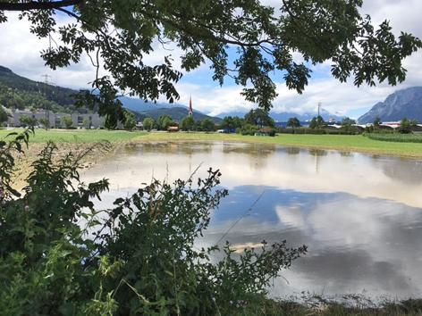 Wasserfläche auf Feld