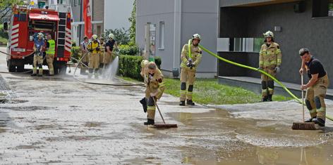 Feuerwehr beim Schlamm wegputzen