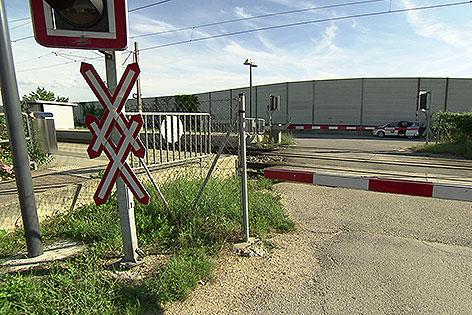 Bahnübergang am Bahnhof Leobendorf