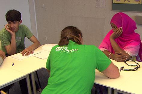 Jugendliche Flüchtlinge mit Betreuerin