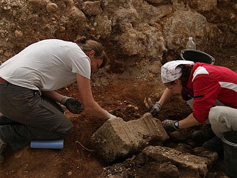 Ausgrabung einer Kalkbrennerei in Enns: Freilegung eines dem Hercules geweihten Altares