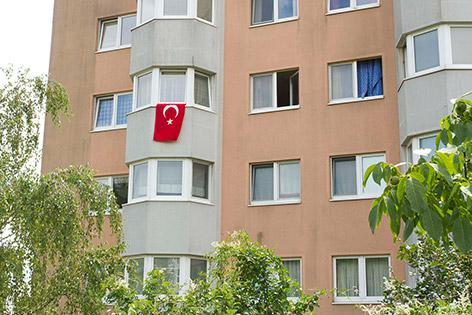 Türkische Fahne auf einem Wohnhaus