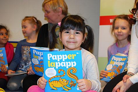 Mädchen mit Bilderbuchzeitschrift Papperlapapp