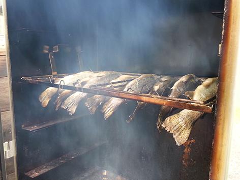 Suti kocht Heiß und kalt geräucherte Forellen
