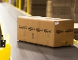 Amazon-Paket auf Fließband