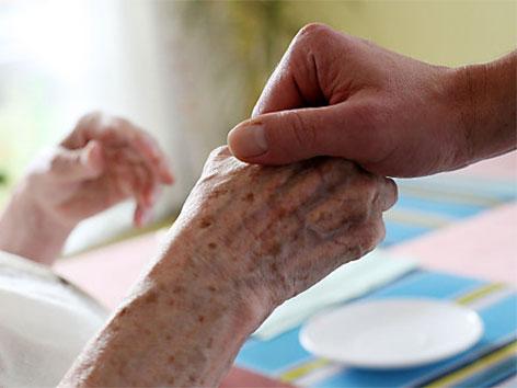 Pflege, alte Hände, Palliativteam