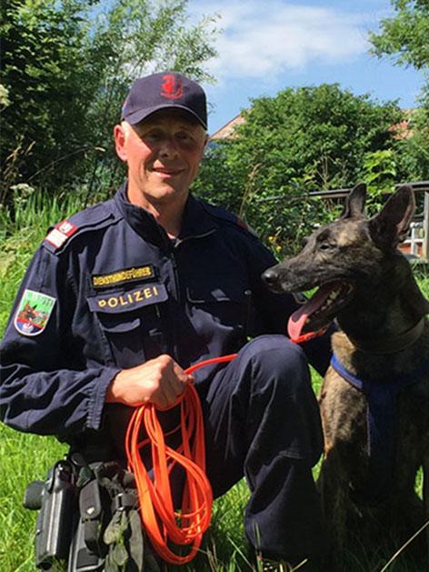 """Polizeihund """"Nanuk"""" mit seinem Hundeführer"""
