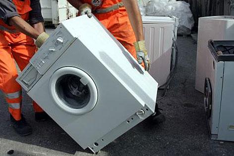 Mitarbeiter der MA48 auf Mistplatz mit Waschmaschine
