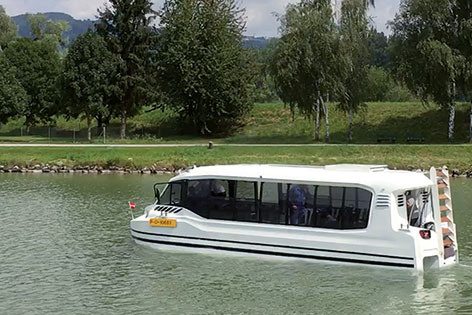 Der Amphibienbus für die Salzach im Wasser