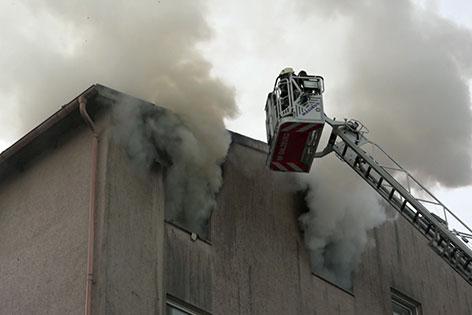 Feuerwehrleute bei Löscharbeiten bei Wohnhaus in Salzburg Liefering