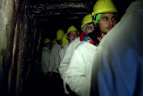 Besucher im Stollen eines Salzbergwerks