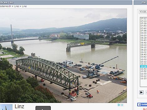 Gerüst für Bogen der Eisenbahnbrücke eingebrochen