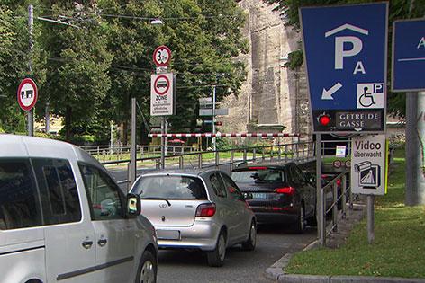 Autoschlange steht vor der Einfahrt in die Mönchsberggarage in der Stadt Salzburg