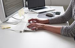 Frau tippt in eine Tastatur