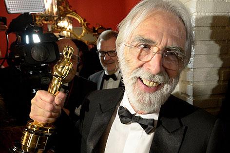 """Der Regisseur des Filmes """"Amour"""",  Michael Haneke, mit seinem Oscar"""
