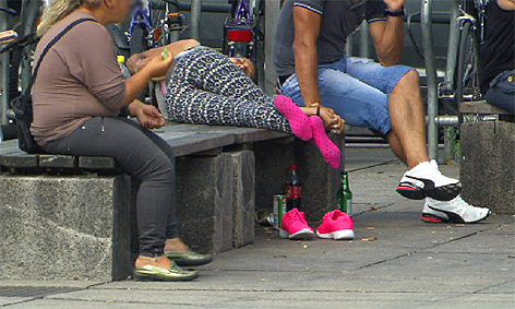 Bahnhofsvorplatz Sandler Alkoholiker Asylwerber