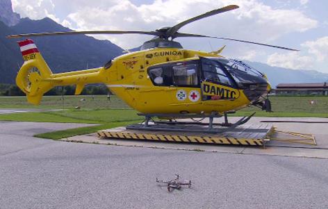 Hubschrauber und Drohne am Boden