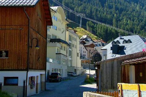 Ischgl: Bauernhaus und HOtel