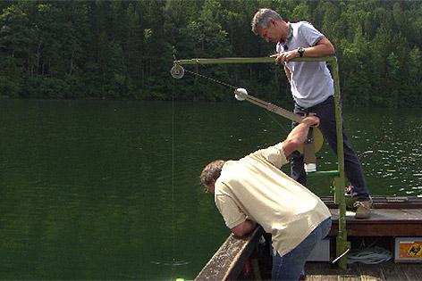 Biologen Martin Kainz und Robert Ptacnik bei Messarbeiten am Lunzer See