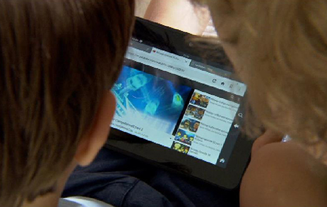 Kinder und Jugendliche mit PC, Tabelt und Handy