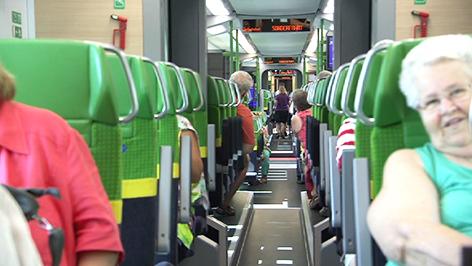 Passagiere im neuen Desiro ML Zug der Raaberbahn