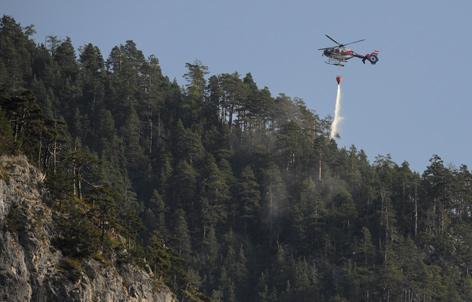 Hubschrauber bei Löscharbeiten
