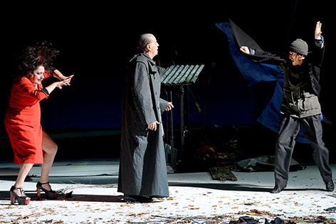"""Christopher Nell als """"Ich"""" (r.), Martin Schwab als """"Der Wortführer"""" und Maria Happel (l.) als """"Die Wortführerin"""" in """"Die Unschuldigen, Ich und die Unbekannte am Rand der Landstraße"""""""