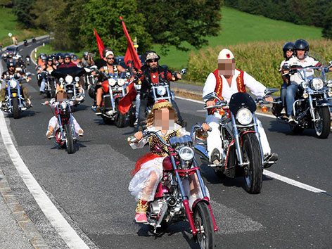 Mädchen mit umgebauten Mopeds auf der Straße unterwegs