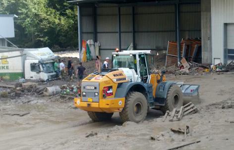Aufräumarbeiten nach Überschwemmung