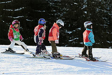 Skifahrer auf Piste Kinder
