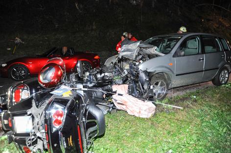 Motorrad und Auto nach Frontalkollision
