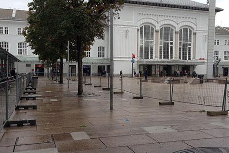 Bahnhofsvorplatz mit Salzburger Hauptbahnhof mit Bauzaun, ohne Sitzbänke
