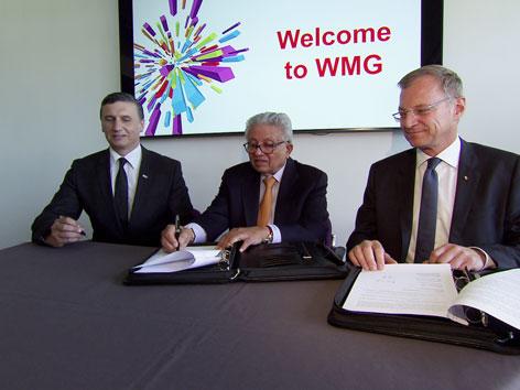 Unterzeichnung der Grundsatzvereinbarung für wissenschaftlich-technischen Austausch an der  Universität Warwick/GB; v.l. Andrew Smith, Lord Kuman Bhattacharyya, Thomas Stelzer