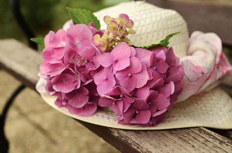Hut mit Blumenschmuck