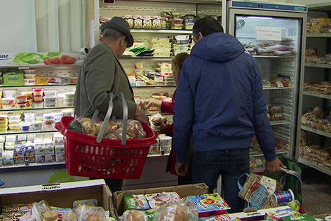 Kunden kaufen im Sozialmarkt SOMA Salzburg ein
