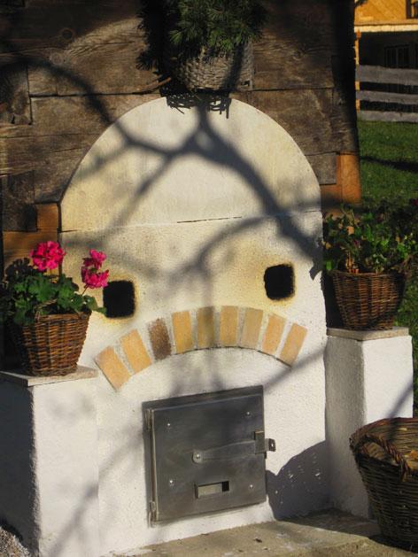 Dörrhüttl Ofentüre mit Blumenschmuck