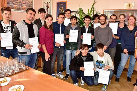 Jugendliche Flüchtlinge mit Abschlusszertifikaten eines Kurses