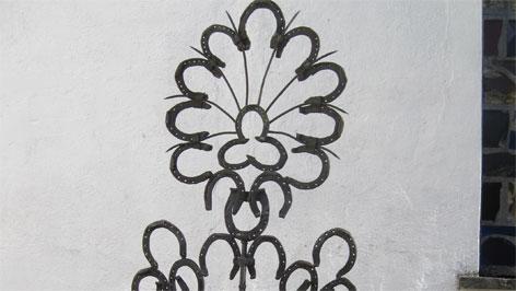 Grabkreuz aus Hufeisen in Desselbrunn