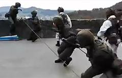 Leistungsschau des bundesheerees auf der Festung aufseilen eines Soldaten über die große Bastei