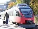 S Bahn Zug (Talent) im Herbst bei Bahnhaltestelle