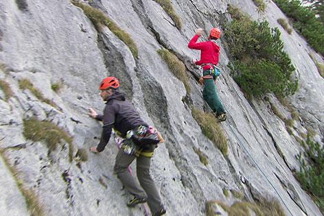 Kletterer in Felswand