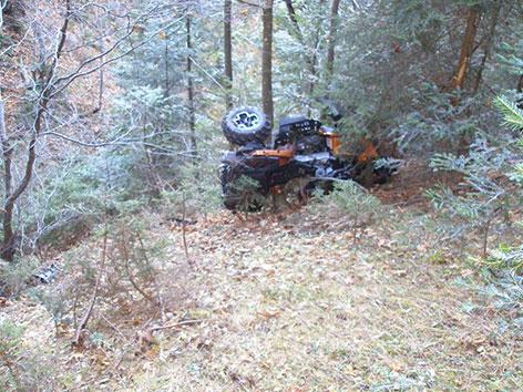Quad im Wald liegend